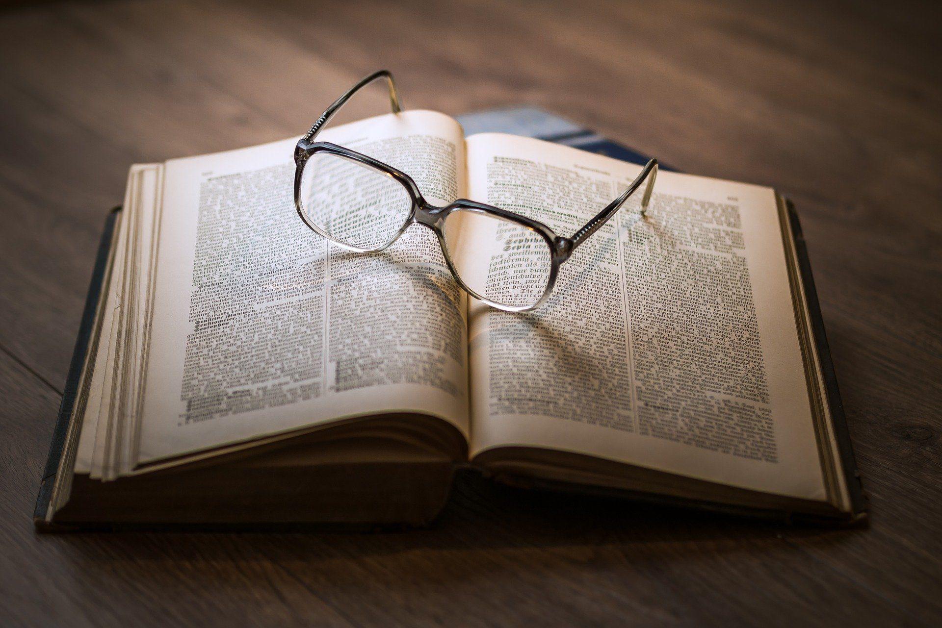Buch mit Brille, die darauf liegt