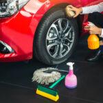 Rotes Auto, das geputzt wird